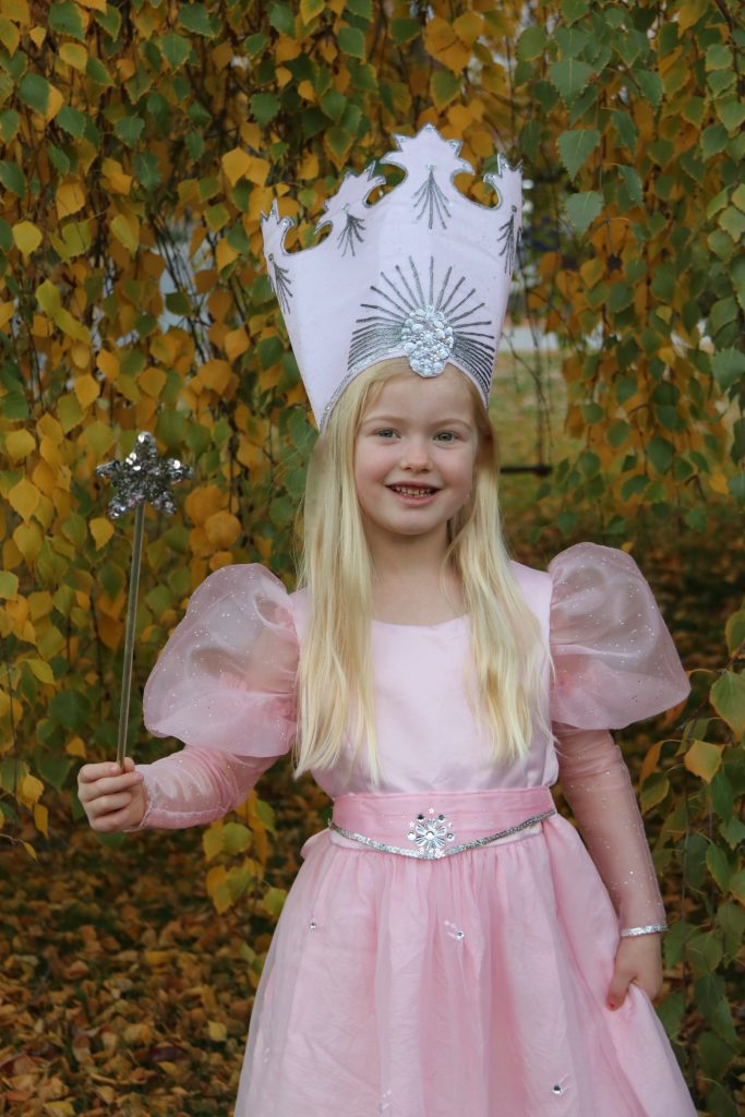 Family wizard of oz costumes diy glinda crown yes you can costumes once emmas glinda dress was well under way i turned my attention to the glinda crown this was going to be easy after all i had a pattern right well solutioingenieria Images